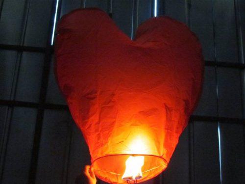 Širdies formos dangaus žibintai.