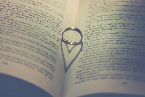 Vestuvinių žiedų paieškos besiruošiant būsimoms vestuvėms